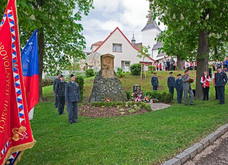_5DR5469_Jenišovice-památník-celkový